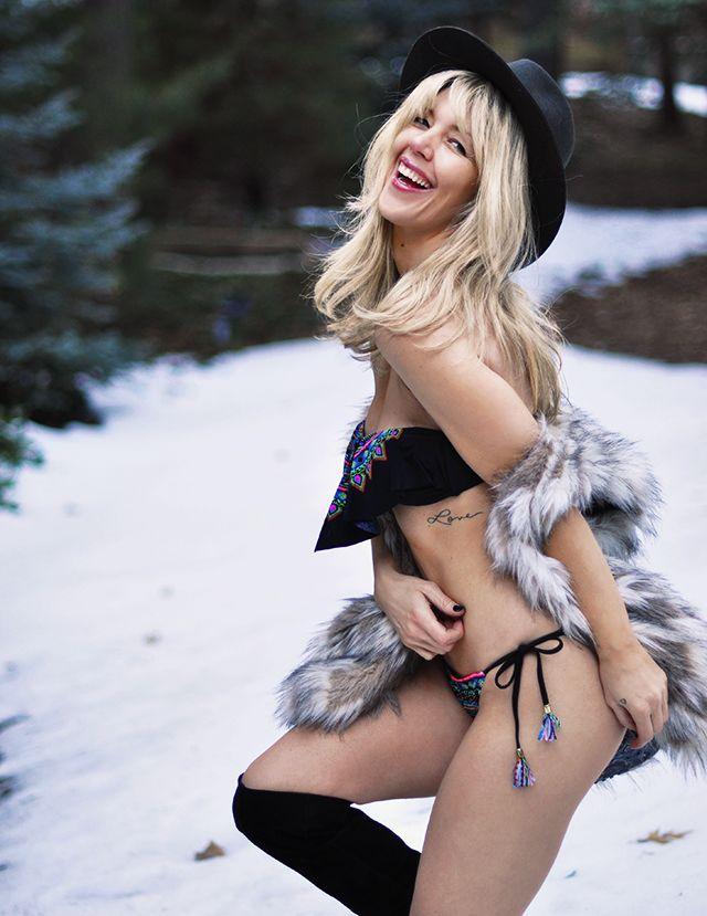 Babe bikini in pic snow