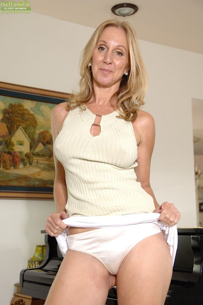 Big hose in mature pantie tit